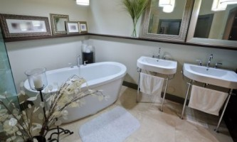 Колір для ванної: вишуканий білий