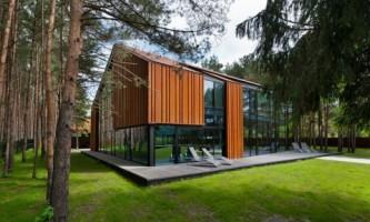 Будинок з дерева і скла в каунасі