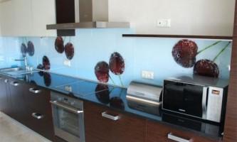 Фартух для кухні зі скла: стиль плюс надійність
