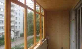 Засклення балконів деревом